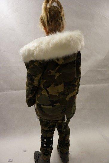 782c510ad43a45 ... Kurtka zimowa dziewczęca/dziecięca parka moro z białym futrem,  naszywkami i kapturem Kliknij, aby powiększyć